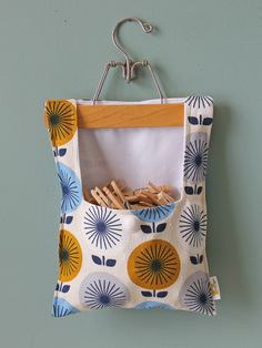 New Clothes Pin Crafts Ideas Creative Ideas Sewing Hacks, Sewing Tutorials, Sewing Patterns, Fabric Crafts, Sewing Crafts, Sewing Projects, Jessica Jones, Wooden Pant Hangers, Clothespin Bag