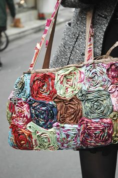 Rag rose bag - I'm determined to figure out how to make this. Fabric Bags, Fabric Scraps, Scrap Fabric, My Bags, Purses And Bags, Diy Sac, Handmade Purses, Boho Bags, Quilted Bag