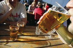 HS: Uudenmaan alkoholinkulutus on laskenut viimeisten vuosien aikana. Vuonna 2008 lähes joka viides uusmaalainen joi viikoittain kerralla vähintään kuusi annosta alkoholia. Vuonna 2013 tehdyn kyselytutkimuksen mukaan lukema oli pudonnut 13 prosenttia.
