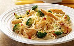 Pasta med kylling og broccoli. Hot pastaanretning med smeltet ost. Et nemt, hurtigt og lækkert aftensmåltid.