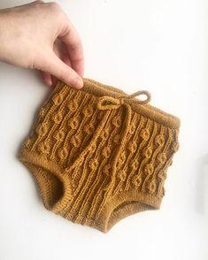 Bønnespirebloomers😍 kanskje det vakreste jeg noen gang har strikket. Bebe Baby, Baby Boy, Diy Bebe, Knitted Romper, Fingerless Gloves, Baby Knitting, Crochet, Arm Warmers, Tatting