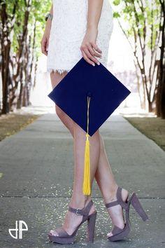 graduation photography Graduation picture ideas for photography 10 College Senior Pictures, College Graduation Pictures, Graduation Picture Poses, Graduation Portraits, Graduation Photoshoot, Graduation Photography, Girl Senior Pictures, Grad Pics, Senior Photos
