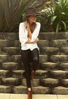 Fashion-Looks: Wie wandelbar sie ist, beweist Mandy Capristo in einem lässigen Look, der besonders durch Hut und Boots das gewisse Etwas verliehen bekommt.