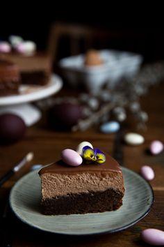 Okeeej, tento recept nie je extra fit, vlastne nie je vôbec fit…Je práve naopak, extra čokoládový, sladký, famózny a spája sa v ňom to, čo mám z dekadentných dezertov najradšej – brownie a mousse čokoládová vrstva. K nirváne chýbalo už len poliať tortuganache z mliečnej čokiny a hriech bol na svete. Tak ale máme mať...