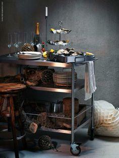 Nyårsskål med champagne och ostron. FLYTTA rullbord dekorerat med fisknät för rätta känslan.