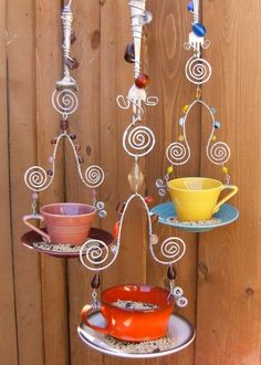 The food for birds. *Cute bird feeders made from tea cups and saucers with swirled wire, for a funky decor in your garden. Garden Crafts, Diy Garden Decor, Garden Projects, Diy Crafts, Garden Ideas, Garden Whimsy, Garden Junk, Garden Bed, Homemade Garden Decorations