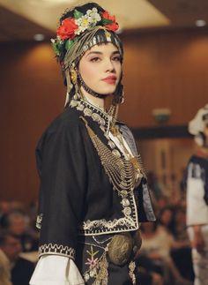 Folk Clothing, Dress Attire, Joan Smalls, Folk Costume, People Of The World, Folk Dance, Ethnic Fashion, Traditional Dresses, Pretty Dresses