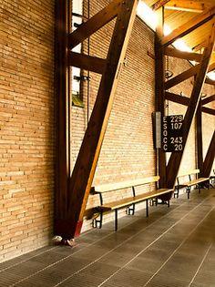 Via, photos (C) Joan Massagué. Timber Architecture, Timber Buildings, Concept Architecture, Architecture Details, Steel Trusses, Roof Trusses, Home Structure, Timber Structure, Roof Truss Design