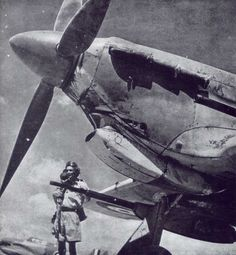 The Hawker Hurricane IID, showing one of the two Vickers 'S' anti-tank guns. This aircraft was serving in North Africa, as can be seen in the desert uniform Navy Aircraft, Ww2 Aircraft, Fighter Aircraft, Military Aircraft, Fighter Jets, Hawker Hurricane, Plane Photos, Aircraft Photos, Supermarine Spitfire