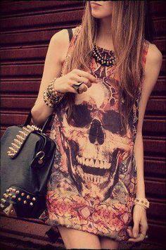 ótima combinação de vestido com print de caveira. Quem não gosta ;)