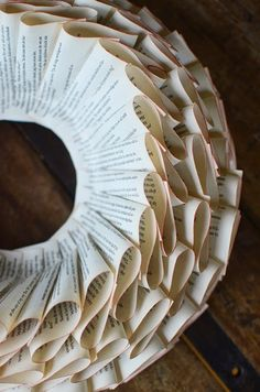 Ghirlanda con le pagine di un vecchio libro