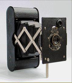 Vest Pocket Kodak gainé de cuir et équipé d'un objectif anastigmat Kodak f/7,7.