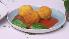 Arancini rice balls stuffed with sauce and peas are one of the best-loved Sicilian snacks and street foods and they have become increasingly popular throughout Italy and worldwide. Italian Pastries, Italian Dishes, Italian Rice Balls Recipe, Comida Siciliana, Italian Street Food, Best Street Food, Meat Appetizers, Mexican Food Recipes, Vegetarian Recipes