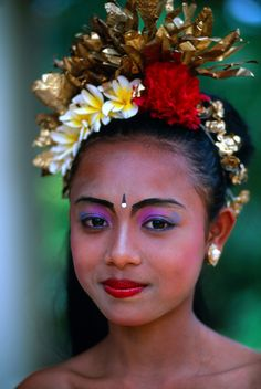 Young Balinese dancer, Peliatan, Bali, Indonesia by Blaine Harrington Face Photography, Photography Lessons, Vietnam Costume, Traditional Fashion, Traditional Dresses, Indonesian Art, Roll Hairstyle, Very Long Hair, Beauty Full Girl