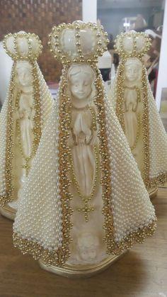 Nossa Senhora Aparecida com manto trabalhado em pérolas.
