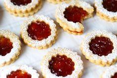 Linzer Cookies with Strawberry Jam Cookies linzer Jelly Cookies, Jam Cookies, Filled Cookies, Shortbread Cookies, No Bake Cookies, Cookies Et Biscuits, Köstliche Desserts, Delicious Desserts, Dessert Recipes