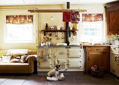 Traditional country kitchens are a design option that is often referred to as being timeless. Over the years, many people have found a traditional country kitchen design is just what they desire so they feel more at home in their kitchen. Aga Kitchen, Cosy Kitchen, Kitchen Decor, Kitchen Ideas, Kitchen Small, English Country Kitchens, Country Kitchen Designs, Vintage Stoves, Bohemian Kitchen