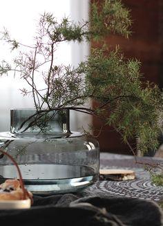 Yhteistyössä Marimekko  ja Suomen blogimedia   Jouluisilla tunnelmilla jatketaan jälleen, nimittäin fiilistelin viime viikonloppuna tal... Interior Styling, Interior Decorating, Cafe Display, Japanese Flowers, Transitional Decor, Marimekko, Ikebana, Flower Vases, Flower Decorations