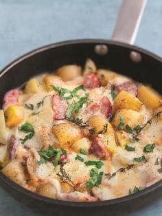 saucisses, poivre, pomme de terre, Fromage à raclette, oignon, beurre, ail, sel, herbes de provence