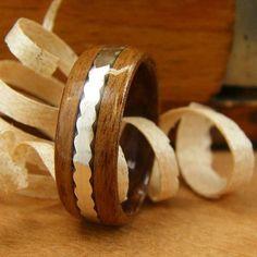 Bentwood hombre anillo de nogal con incrustaciones de plata de borde ondulado