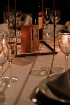5 tendencias en decoración del banquete.  #CasamientosAr #Organizaciondecasamientos #Casamiento #Boda #Novios #TipsNupciales #CaminoAlAltar #CasamientoArgentina #DecoracionDeCasamiento #DecoracionDeMesasCasamiento #DecoracionBanqueteCasamiento Seating Plans, Place Cards, Gift Wrapping, Place Card Holders, How To Plan, Gifts, Pampas Grass, Wedding Looks, Color Of The Year