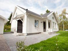 Sydsvenskt hus i modernt utseende. Åhus har tvärgående åstak som ger förstärkt rymd.