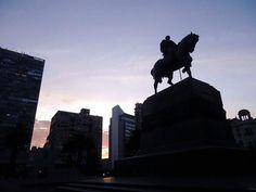 Pôr do sol na Plaza da Independencia em Montevideu no #Uruguai | Taí um destino excelente para quem quer fugir do carnaval! #southamerica #montevideo #plazadaindependencia #seviranomundo #viajar #aroundtheworld