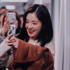 That was so cute:( Korean Girl Photo, Redvelvet Kpop, Red Velvet Irene, Seulgi, Ulzzang Girl, Girl Crushes, Girl Photos, Girl Group, Female
