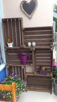 cajas de madera como estanterías para terraza