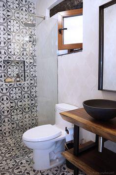 Rustic Industrial powder room to full bathroom reveal / Antes y después: pequeño baño estilo rústico industrial / casahaus.net