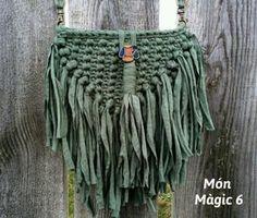MATERIAL: Bobina de trapillo fino, cadena de 1 metro, 2 mosquetones y1 botón. TUTORIAL: Para tejer este bolso he escogido un trapillo de un grosor fino.Empezamos la labor haciendo 20 cade… Crochet Belt, Crochet Purses, Love Crochet, Crochet Doilies, Crochet Stitches, Crochet Bikini, Knit Crochet, Crochet Patterns, Color Militar