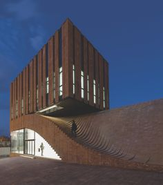 These vertically-aligned facing bricks, used to clad already sound structures, give masonry walls a contemporary flare.