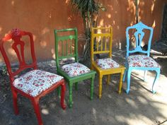 Cadeiras antigas de madeira Dining Chair Makeover, Furniture Makeover, Painted Chairs, Painted Furniture, Upcycled Furniture, Outdoor Furniture Sets, Reuse Plastic Bottles, Funky Chairs, Room Of One's Own