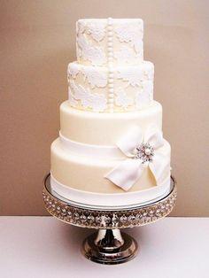 Elegancki tort weselny z kokardą i broszką