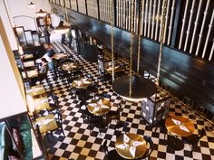 Midcentury modern шахматный пол, черная мебель, белые стены