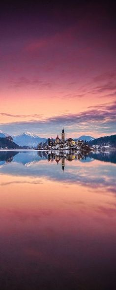 Mágica puesta de sol tornasol sobre el Lago Bled en Eslovenia.