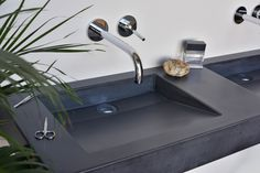 Concrete washbasin Gravelli Slant 07 Double in anthracite variant. Kinds Of Shapes, Red Wine, Concrete, Sink, Colours, Home Decor, Sink Tops, Vessel Sink, Decoration Home