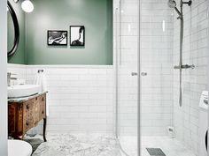 Badrum med helvitt kakel i kombination med målad vägg. Lätt att förändra! studio karin: GRÖNT SÅ SKÖNT SÅ SKÖNT I DETTA BADRUM