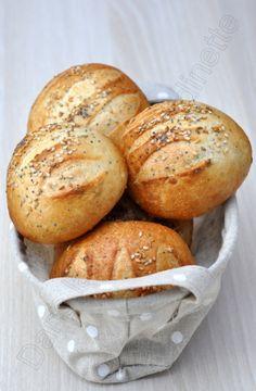 Un petit peu de boulange, du basique, du super simple aujourd'hui. Pour changer des baguettes, je fais parfois des petits pains individuels. Et comme mon zhom adore quand je mets des graines, je lui fais plaisir. Pour 8 petits pains : 500g de farine T55...