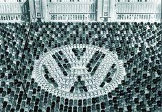 今日は、 #ロゴの日 。 というわけで、たくさんのフォルクスワーゲンで作られたロゴ。 1955年、累計生産100万台突破を記念して撮影した一枚です。 #Beetle #人文字ならぬ車文字