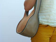 Soepele handgenaaide handtas uit sterk leer van een zeer goede kwaliteit. De handtas is afgewerkt met een biesje aan de zijkanten en sluit met een kleine bolsluiting. Kan op vraag in andere kleuren besteld worden. Afmetingen bergruimte: 25cm/20cm.01