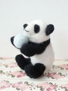 羊毛フェルトで作成した手のひらに乗るちいさなパンダの人形です。フェルトボール付です。【サイズ】横:約7cm縦:約5cm※ペット、小さなお子様の玩具へは適してお...|ハンドメイド、手作り、手仕事品の通販・販売・購入ならCreema。
