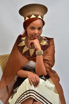Beautiful South African women in traditional clothing Zulu Traditional Attire, South African Traditional Dresses, African Traditional Wedding, Traditional Fashion, Traditional Outfits, African Inspired Fashion, African Men Fashion, Africa Fashion, African Women