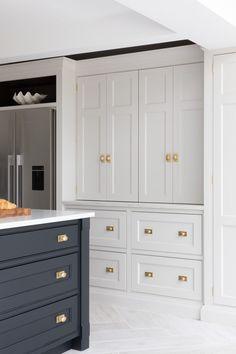 Luxury Kitchen Design, Kitchen Room Design, Kitchen Layout, Home Decor Kitchen, Kitchen Interior, New Kitchen, Home Kitchens, 2 Colour Kitchen Cabinets, Open Plan Kitchen Dining Living