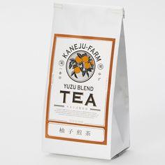 柚子煎茶 袋入80g    是位在日本靜岡縣牧之原市的「カネ十農園」,已經有百餘年歷史的茶農園,以獨特低咖啡因技術製成的煎茶,搭配全是靜岡縣產的綠茶、柚子和檸檬草,不同於一般香料茶的特殊添加,這包柚子煎茶的純天然香氣,打開包裝就聞得到。吃完午餐忍不住就直接拿來開泡,溫和的天然香氣,不過度刺鼻,很好喝!簡單又有點復古的包裝也很美,送禮自用兩相宜 Organic Packaging, Honey Packaging, Japanese Packaging, Coffee Packaging, Bottle Packaging, Print Packaging, Food Packaging, Design Poster, Label Design