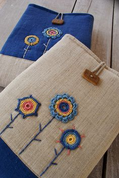 ... by SandraStJu, via Flickr Fleur Crochet, Crochet Home, Love Crochet, Embroidered Flowers, Embroidered Bag, Crochet Bags, Crochet Flowers, Hand Embroidery, Embroidery Stitches