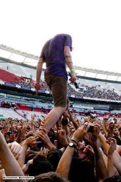 Cage The Elephant - Quilmes Rock... Jesus may have been able to walk on water, but Matt Shultz can walk on people.