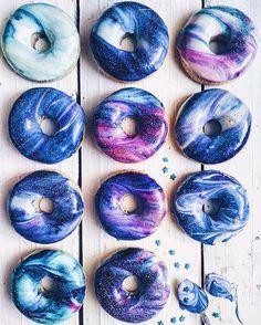Vem pro blog aprender a receita de como fazer essa lindeza de donut de galáxia!