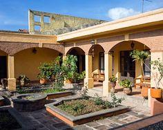 La casa en Mexico City. Pequena, naranja, y moderna.