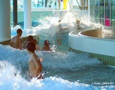Toboggan de piscine sur pinterest parcs aquatiques for Piscine cascade toboggan